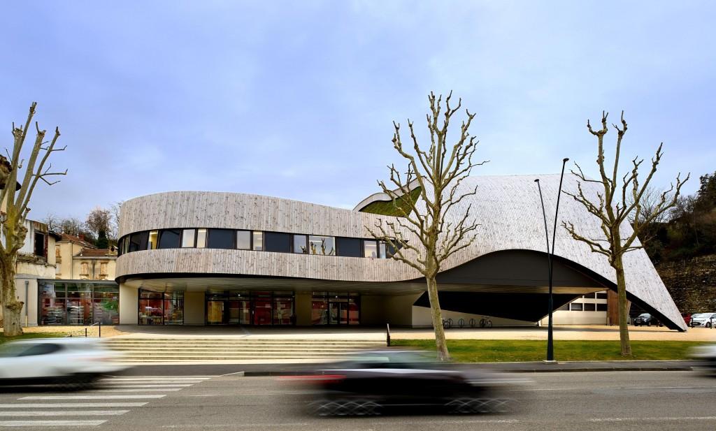 La façade principale parallèle au boulevard.